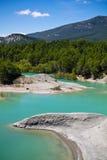 Reisen Sie zu erstaunlicher Landschaft der Türkisverdammung von yesa mit Bergen im blauen Himmel in der Sommerzeit, Spanien Lizenzfreies Stockbild