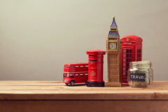 Reisen Sie zu Großbritannien-Konzept mit Andenken und Geldkastenglas Planungssommerferien stockfotografie
