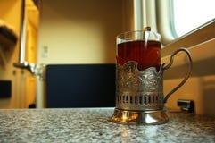 Reisen Sie in Zug mit einem Glas Tee Stockfotos