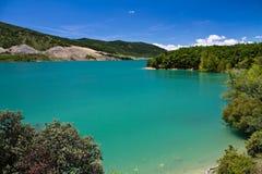 Reisen Sie zur szenischen bunten Landschaft mit Vegetations- und Türkissee im blauen Himmel und in den Wolken, yesa, Spanien Stockbilder