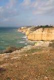 Reisen zu erstaunlicher portugiesischer atlantischer Küstenlinie im blauen Himmel Stockfotografie