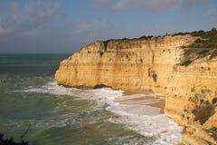 Reisen zur wunderbaren portugiesischen atlantischen Küstenlinie im blauen Himmel Stockbilder