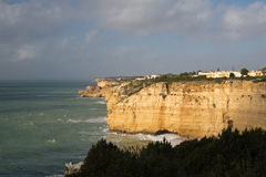 Reisen zur wunderbaren portugiesischen atlantischen Küstenlinie im blauen Himmel Stockfotografie