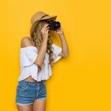 Reisend-Frau, die ein Foto macht Lizenzfreie Stockfotografie