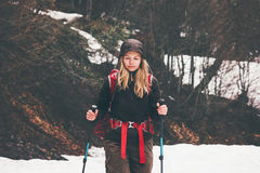 Reisend-Frau mit dem Rucksackwandern Stockfoto