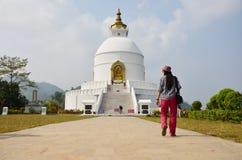 Reisend-gehen thailändische Frauenreise zur Weltfriedenspagode bei Pokhara Stockbild