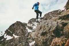 Reisend-Mann, der im felsige Berglebensstilreisekonzept klettert Stockfoto