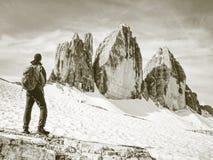 Reisend-Mann, der ruhige Ansicht Tre Cime-Berge genie?t stockfotos