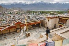 Reisend-Mannstellung und schauen Ansicht der Landschaft in Leh-Palast, Northerteil von Indien stockbilder