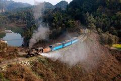 Reisend zwischen Leshan-Stadt, blühen Ka-Yan Yang-Zugbienen Sichuans Qianwei zum kleinen Bahnstation Canola Lizenzfreie Stockfotos