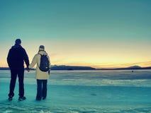 Reisendaufenthalt auf Eis von gefrorenem Meer Frau mit Rucksack stockbild