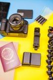 Reisendausrüstung der Kamera mit unterschiedlichem Zubehör Lizenzfreie Stockfotos
