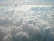 Reisende Abflussrinnenfelder von weißen Wolken im Himmel Lizenzfreie Stockfotos
