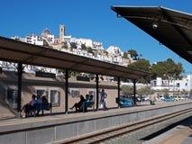 Reisende in Altea Spanien stationieren Wartezug stockbild