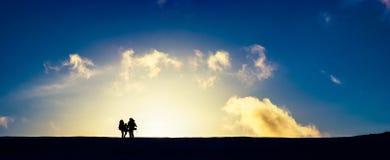 Reisende bei schönem Sonnenuntergang Stockfoto