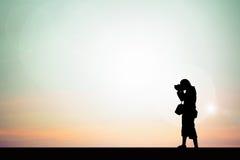 Reisende beziehen Fotos eine Stellung auf der Hintergrund unscharfen Schattenbildart Lizenzfreie Stockfotos