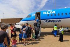 Reisende, die Air France KLM Cityhopper verschalen Lizenzfreie Stockfotografie