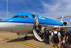 Reisende, die Air France KLM Cityhopper verschalen Lizenzfreie Stockbilder