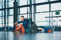 Reisende, die auf Abfahrt warten Stockfoto