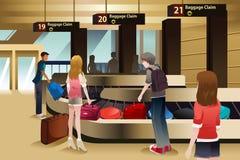 Reisende, die auf ihr Gepäck warten Lizenzfreies Stockbild