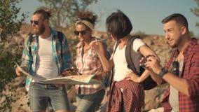 Reisende, die Karte beim Reisen aufpassen stock video