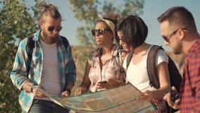 Reisende, die Karte beim Reisen aufpassen stock video footage