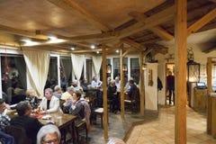 Reisende, die nach einer Mahlzeit sich entspannen Stockbilder