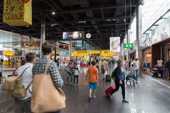 Reisende, die in Schiphol-Flughafen kaufen Lizenzfreie Stockfotografie