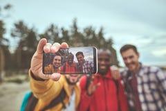 Reisende, die selfie auf Mobiltelefon während des Spaziergangs machen lizenzfreies stockfoto