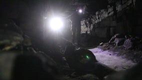 Reisende erforschen die dunkle Höhle stock footage