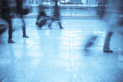 Reisende am Flughafen lizenzfreie stockbilder