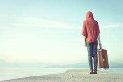 Reisende Frau geht in Richtung zur Unendlichkeit für ihre Reise lizenzfreie stockfotografie