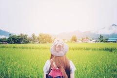 Reisende Frau mit Rucksack am sonnigen Tag Stockbild
