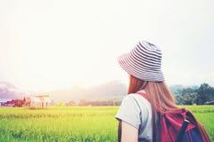 Reisende Frau mit Rucksack am sonnigen Tag Lizenzfreies Stockbild