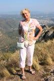 Reisende Frau schaut mit einem Lächeln Stockfoto
