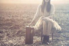 Reisende Frau setzt sich hin, um nach einer langen Reise stillzustehen lizenzfreies stockfoto
