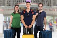 Reisende Gruppe der Reise Flughafenferienfeiertage der jungen Leute lizenzfreies stockfoto