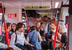 Reisende im überfüllten Zug, der nach Ungarn von Österreich vorangeht Stockfotografie