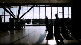 Reisende im Flughafenabfertigungsgebäude stock footage