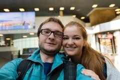 Reisende junge Paare nehmen den selfie Schuss und lächeln und glücklich, Stockfoto