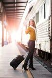 Reisende kaukasische Frau stockfotos