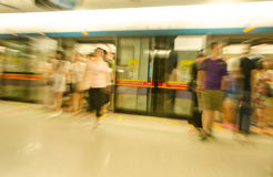 Reisende Leute an der U-Bahnstation in der Bewegungsunschärfe Lizenzfreie Stockfotografie