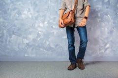 Reisende Mannmode der Weinlese mit Ledertasche hübsches dünnes MA lizenzfreies stockfoto