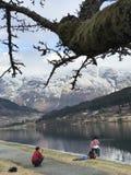 Reisende mit Familien auf den Seefjorden stockfoto