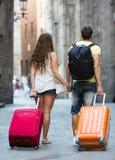 Reisende mit Gepäck in der Straße lizenzfreies stockfoto
