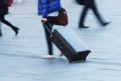 Reisende Person mit einem Laufkatzekasten Stockfoto