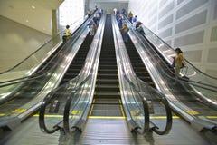 Reisende reiten die Rolltreppe am Deroit-Flughafen, Detroit, Michigan Lizenzfreies Stockfoto