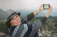 Reisende Schnee-mit einer Kappe bedeckte Spitze der alten Frau Schießen Gebirgs Lizenzfreies Stockfoto