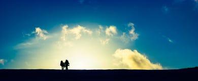 Reisende am Sonnenuntergang Lizenzfreie Stockfotos