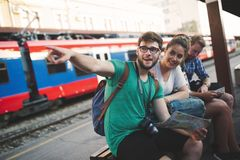 Reisende touristische Freunde, die Europa erforschen lizenzfreies stockbild